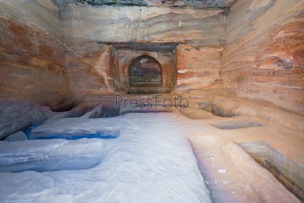 Фотография на тему Интерьер древней гробницы или жилища в песчаной пещере в Петре, Иордания