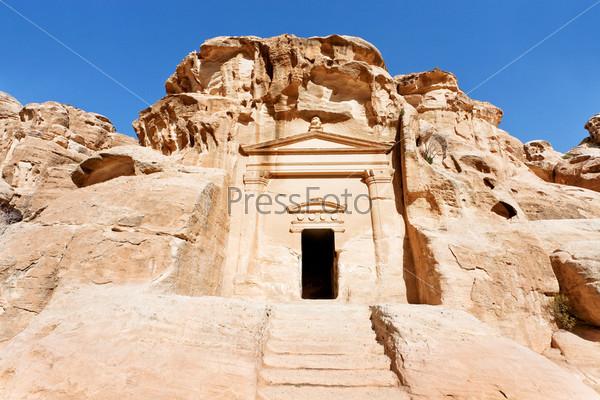 Гробница у входа в Малую Петру, Иордания
