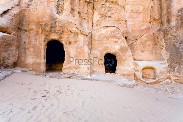 Гробницы в пещерах у входа в Малую Петру, Иордания