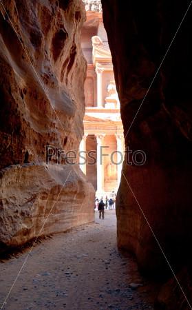 Фотография на тему Вид из ущелья Сик на Эль Хазнех или Казначейство в Петре, Иордания