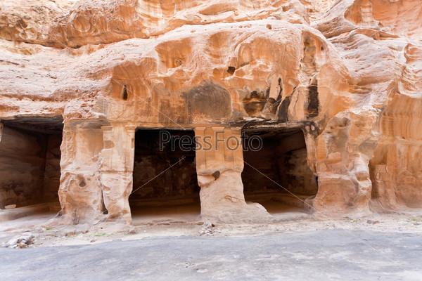 Фотография на тему Древние жилые пещеры в Малой Петре, Иордания