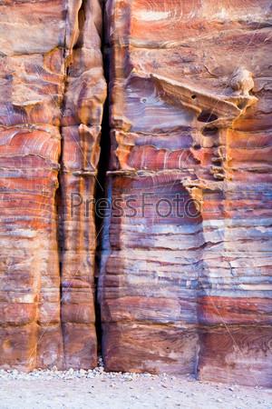 Незавершенные гробницы из разноцветного песчаника в Петре, Иордания