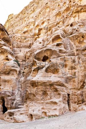 Древние жилые пещеры в Малой Петре, Иордания
