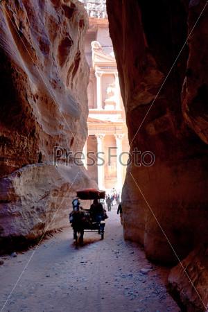 Повозка бедуинов в ущелье Сик в древнем городе Петра, Иордания