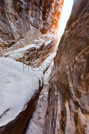 Фотография на тему Узкая трещина в горах в Малой Петре, Иордания
