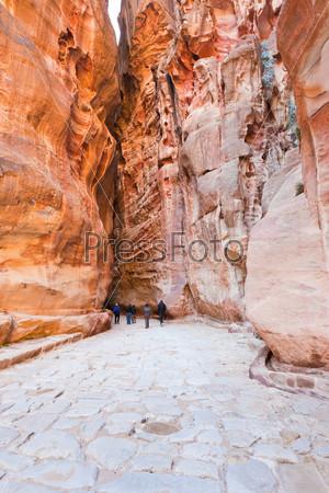Древняя римская мощеная дорога в ущелье Сик в древнем городе Петра, Иордания