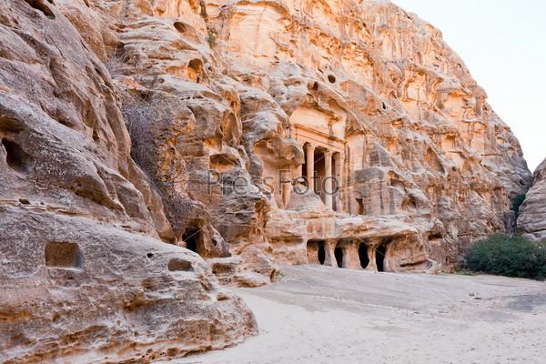Фотография на тему Вид на древнюю площадь в Малой Петре, Иордания