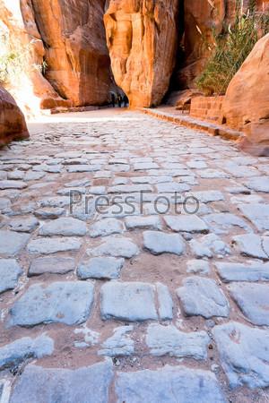 Древняя мощеная римская дорога в ущелье Сик в городе Петра, Иордания