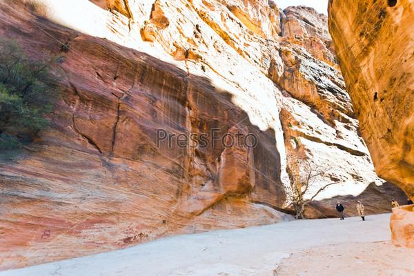 Узкое ущелье Сик в древнем городе Петра, Иордания