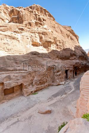 Улица с горными пещерами-комнатами в Малой Петре, Иордания