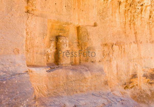 Фотография на тему Ниша с древней статуей набатейского божества в стене ущелья Сик, Петра, Иордания