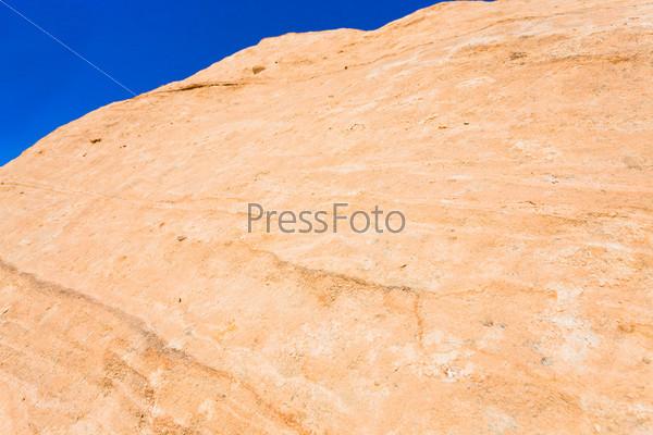 Поверхность песчаной скалы в Баб-ас-Сик в Петре, Иордания