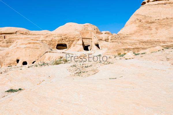 Древние гробницы и пещеры на склоне горы в Баб-ас-Сик, недалеко от города Петра, Иордания