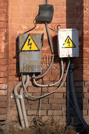 Электрическое оборудование на старой кирпичной стене