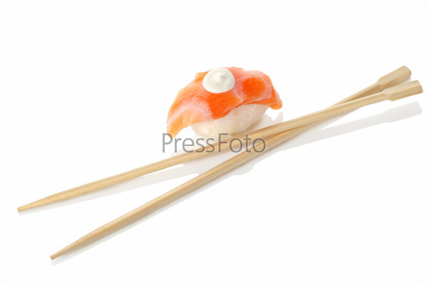 Деревянные палочки для еды и суши, изолированные на белом фоне