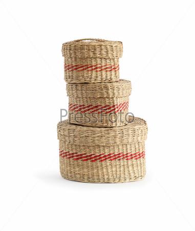 Три плетеные корзины на белом фоне