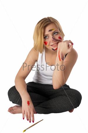 Молодая красивая художница, изолированная на белом фоне