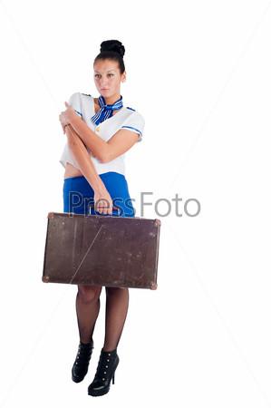 Привлекательная молодая стюардесса со старым чемоданом, изолированная на белом фоне