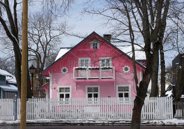 Двухэтажный деревянный дом на улице маленького города