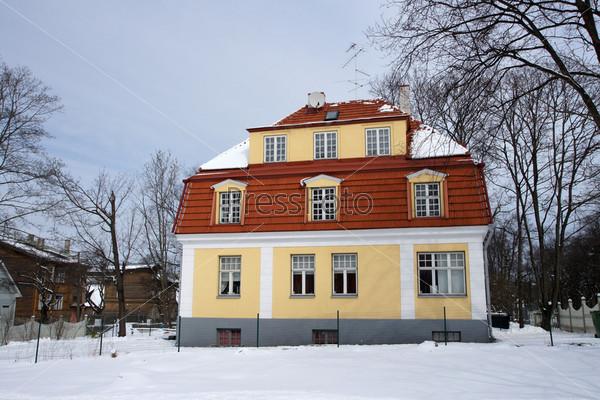 Двухэтажный дом на улице маленького города