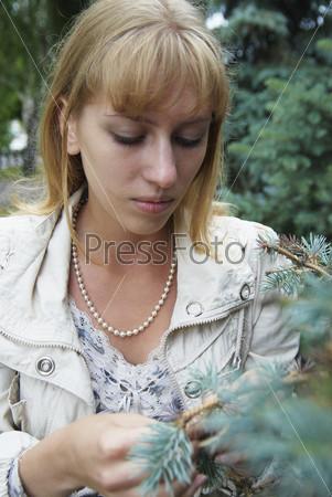 Фотография на тему Молодая женщина на прогулке в городском парке