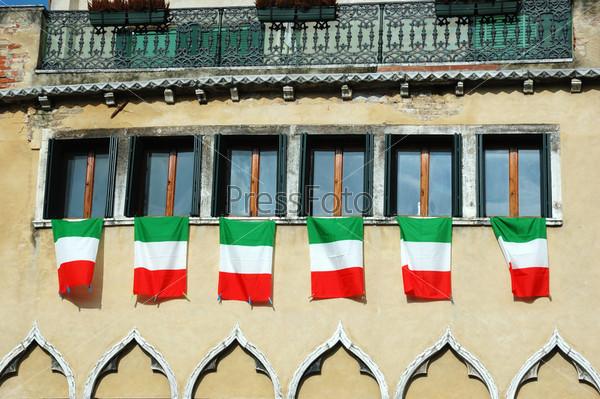 Окна с итальянскими флагами, старая Венеция