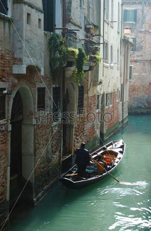 Фотография на тему Гондольер с туристами в гондоле ранним утром, Венеция, Италия