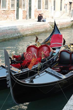 Две гондолы на канале, Венеция