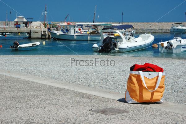 Пляжная сумка в гавани греческого городка Леонидио