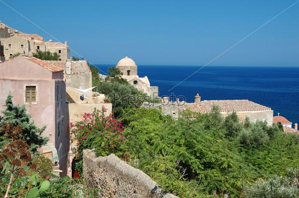 Фотография на тему Деревянные крыши старинного византийского города Монемвасия на восточном побережье Пелопоннеса, Греция