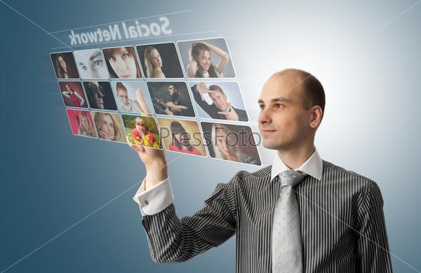 Бизнесмен нажимает виртуальные кнопки в социальной сети