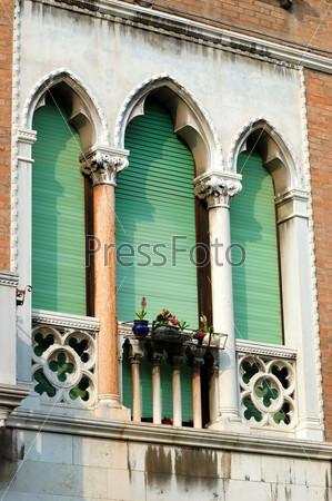 Старинное зеленое стрельчатое венецианское окно, Италия