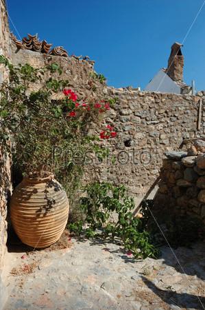 Старинный дворик в городке Монемвазия, Греция