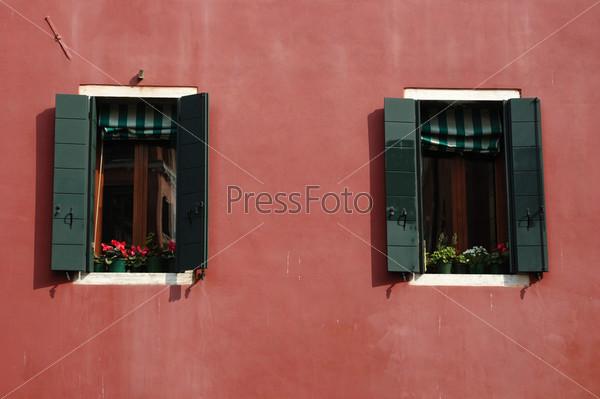 Два старинных венецианских окна на закате, Италия