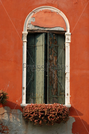 Фотография на тему Старинное венецианское окно на закате, Италия