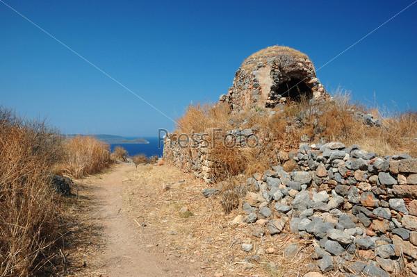 Развалины церкви в старинном византийском городе Монемвазия на восточном побережье Пелопоннеса, Греция