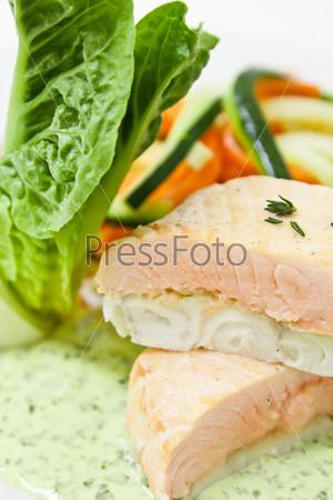 Холодная закуска из лосося с соусом