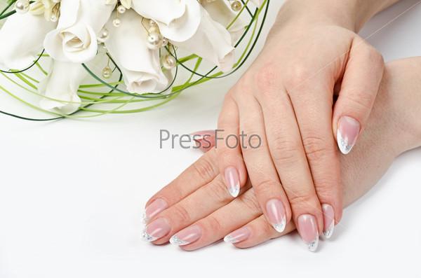 Женские руки с идеальным маникюром