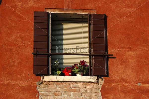 Старинное венецианское окно на рассвете, Италия