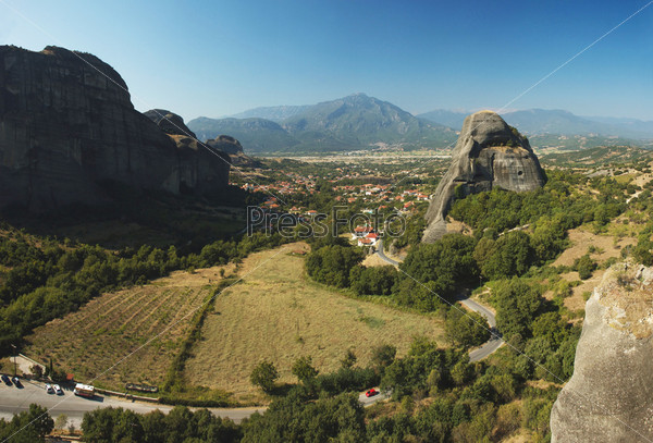 Фотография на тему Панорама Каламбаки со скалы монастыря Святого Николая Анапавсаса, Метеора, Греция