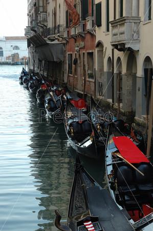 Традиционные венецинаские лодки-гондолы, Венеция, Италия