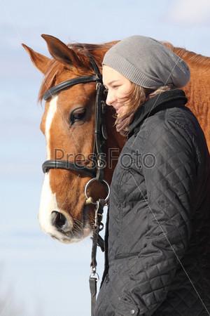 Фотография на тему Молодая женщина и русская донская лошадь на свежем воздухе