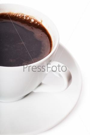 Белая чашка кофе на белом фоне