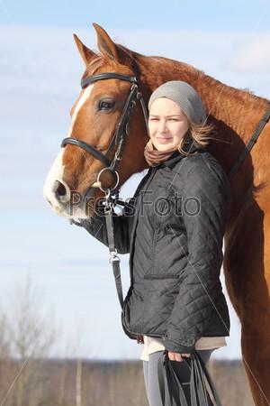 Молодая женщина и русская донская лошадь на свежем воздухе