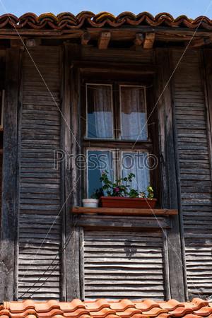 Окно старого деревянного дома. Несебр, Болгария