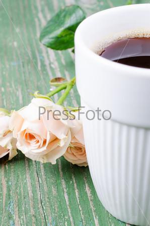 Чашка кофе на старом деревянном столе
