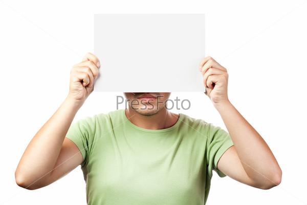 Молодой человек с белым листом бумаги на белом фоне