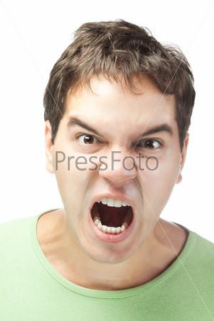 Портрет злого молодого человека на белом фоне
