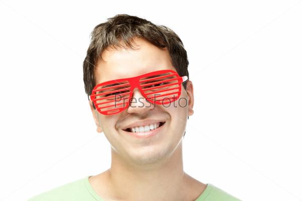 Портрет молодого человека в красных очках на белом фоне