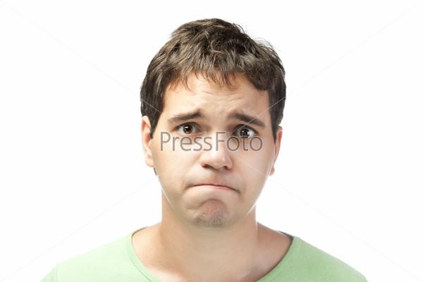 Портрет жалкого молодого человека на белом фоне